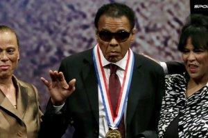 """Muhammad Ali nie �yje. """"Podejmowa� wa�ne tematy i nie ba� si� ryzykowa� swoj� karier�. Poza tym - genialny sportowiec"""""""