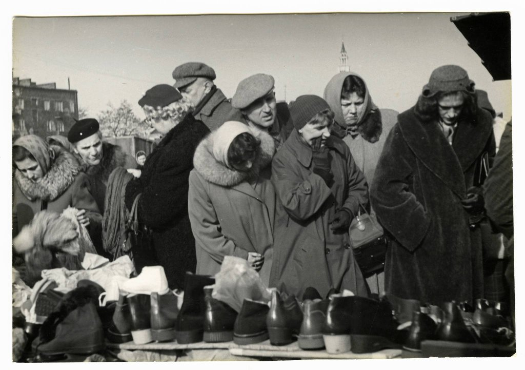 Stragan z butami na placu Szembeka. Lata 50. / Autor Nieznany
