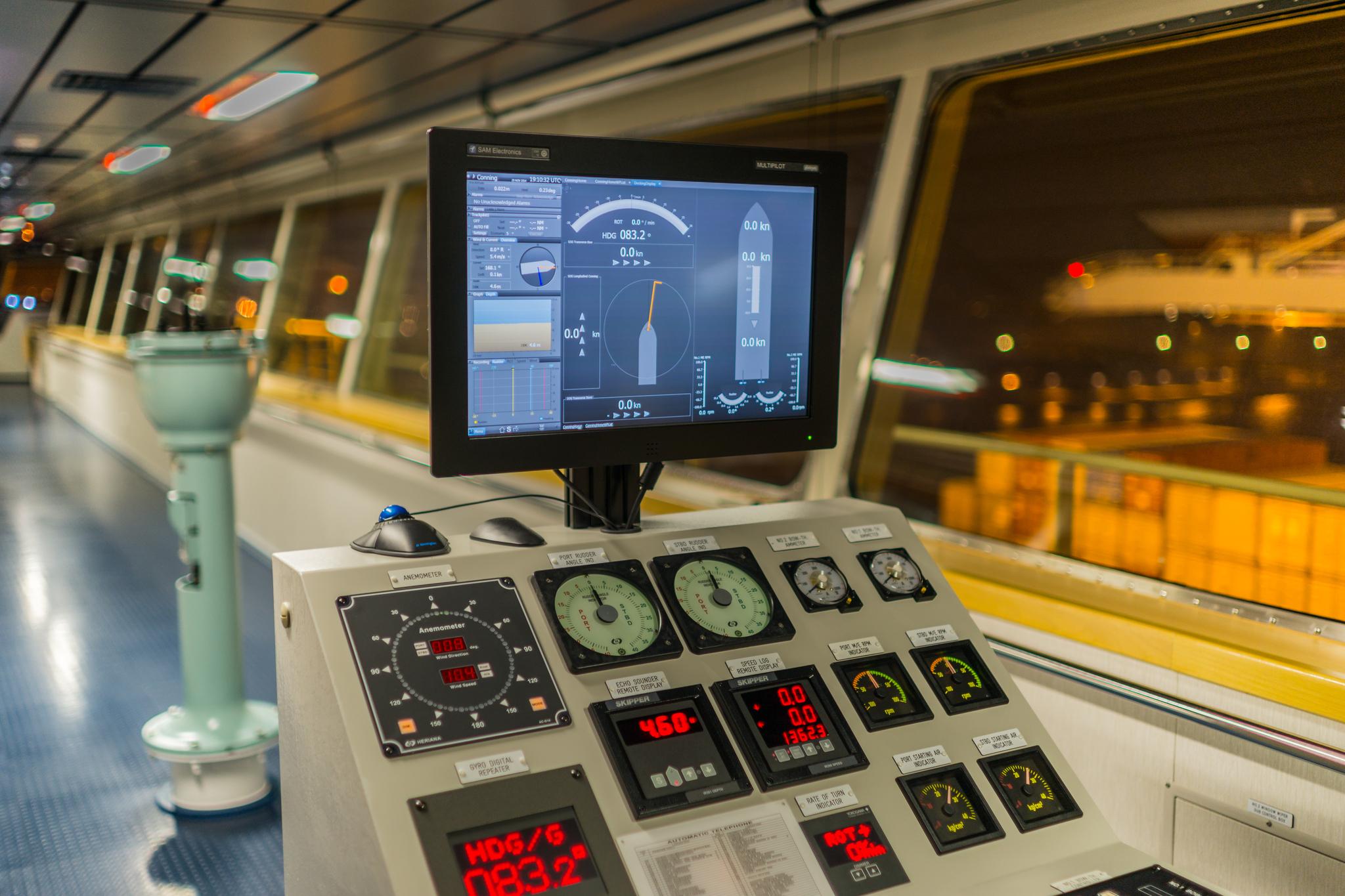 Pomocnicza konsola nawigacyjna na mostku Mayview Maersk (fot. Robert Urban