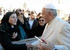 """""""�piewaj�ca zakonnica"""" wr�czy�a Franciszkowi swoj� p�yt�. Czy papie�owi spodoba si� """"Like a Virgin""""?"""