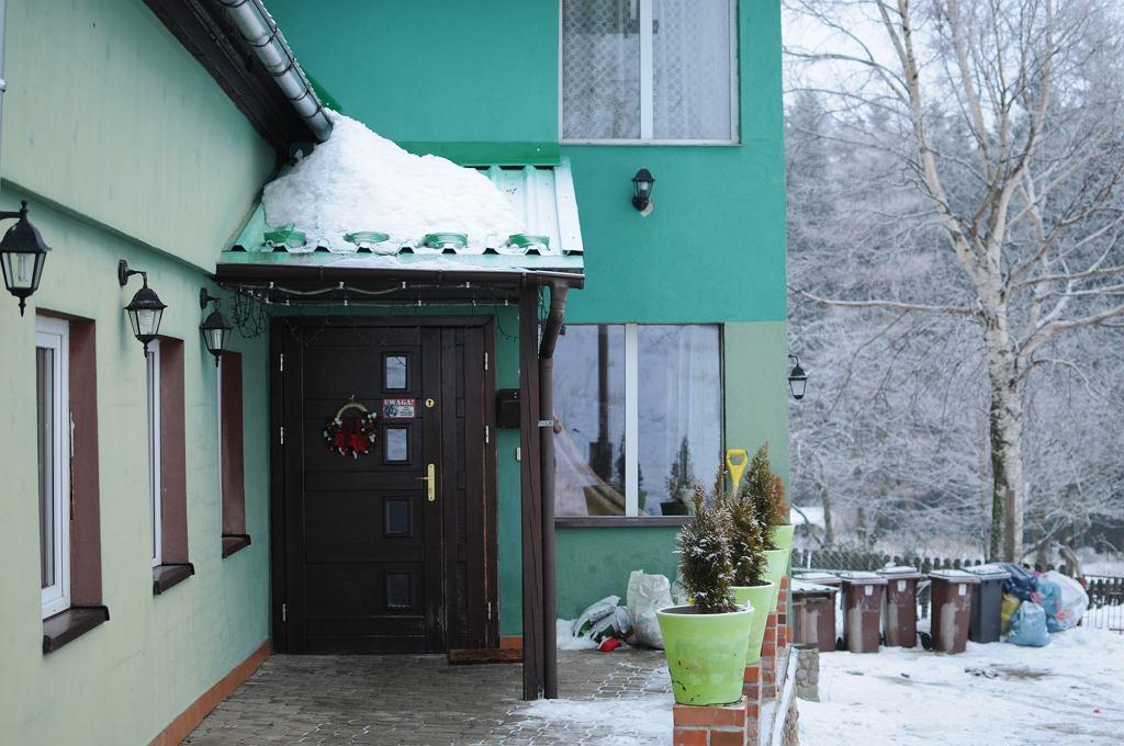 Dom, w którym dziś mieszka kilkadziesiąt psów, kiedyś był górskim pensjonatem (fot. Mateusz Witkowski)