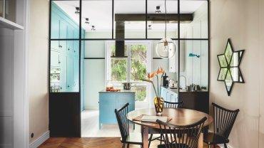Mała jadalnia, tuż przy kuchni. Tu rodzina najczęściej jada śniadania. Szafki kuchenne pomalowane odcieniem błękitu Stone Blue z palety marki Farrow & Ball.