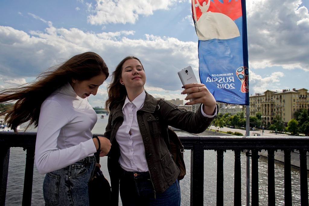 Rosjanki fotografujące się na Moście Krymskim w Moskwie