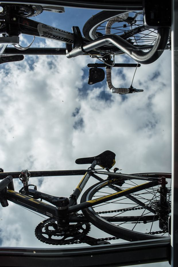 przez dach panoramiczny widać nasze rowerki