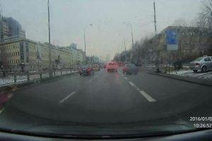 Nasz reporter nagra� kolizje dw�ch samochod�w na Kasprzaka