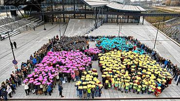 Niewiele ponad tydzień został do wyboru gospodarza Expo 2022. Dlatego Centrum Dialogu im. Marka Edelmana zaprosiło łodzian do wzięcia udziału we flash mobie - akcji poparcia dla kandydatury Łodzi. W akcji wzięło udział około tysiąca osób.