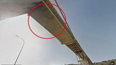 Most Morandi na odcinku autostrady A10. Na zdjęciach sprzed tragedii widać liczne pęknięcia