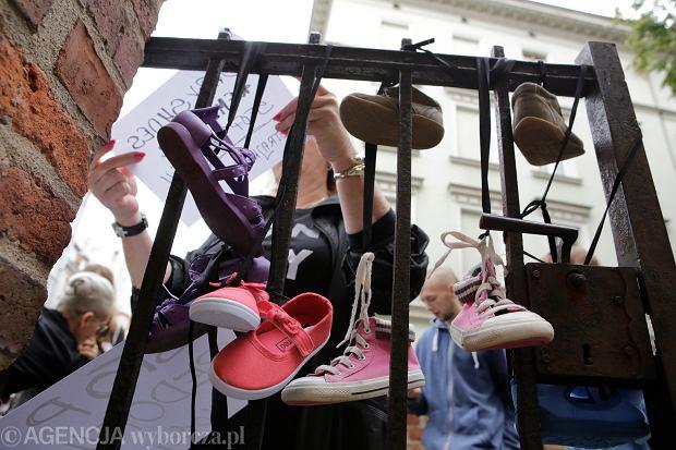 Protest organizacji feministycznych przeciwko tuszowaniu i lekceważeniu problemu pedofilii w kościele katolickim.