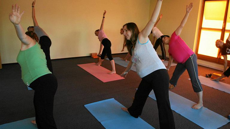Joga to wspaniały sposób na relaks i jednocześnie utrzymanie dobrej formy fizycznej dla każdego, dla kobiet w ciąży też - mówi dr Marzena Dębska. Na zdjęciu: kobiety w ciąży ćwiczą w warszawskim klubie jogi
