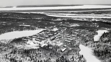 Łagier nad Jenisejem. Jego więźniowie w latach 1949-53 budowali liczącą 1,4 tys. km Północną Magistralę Kolejową zwaną Martwą Drogą, gdyż nigdy nie została ukończona. Miała połączyć linię kolejową Workuta - Leningrad z miejscowością Igarka nad Jenisejem (160 km za kołem polarnym), gdzie miał zostać wybudowany port. Martwa Droga bywa przedstawiana jako alegoria sowieckiego komunizmu - drogi budowanej wbrew zdrowemu rozsądkowi, bez liczenia się z kosztami, opłaconej ogromnymi ofiarami i prowadzącej donikąd.