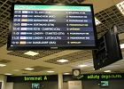 Tablica informacyjna na lotnisku w Pyrzowicach