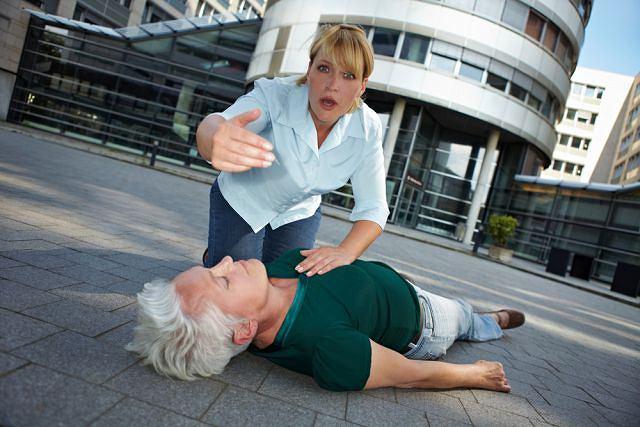 Bywa, że osoba starsza po omdleniu nie pamięta, że straciła przytomność - upiera się, że