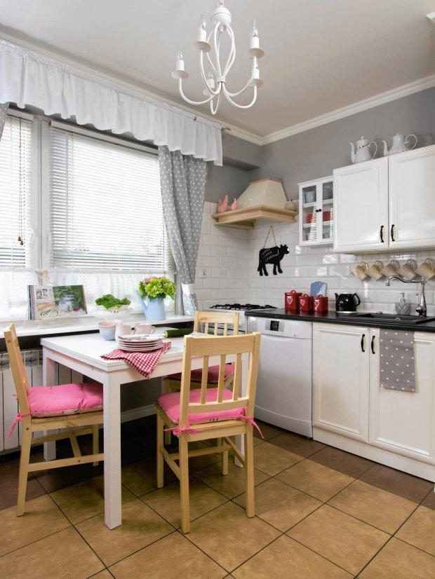 Kącik śniadaniowy zaaranżowano w najwidniejszym miejscu kuchni - pod oknem. To ważne, bo stół często zamienia się w domowy warsztat, na którym Viola upiększa różne przedmioty.