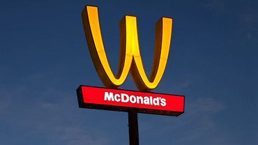 McDonald's odwraca swoje logo na dzień kobiet.