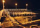 Sztorm na Bałtyku dewastuje molo w Gdańsku Brzeźnie. Porywy wiatru do 10 w skali Beauforta [ZDJĘCIA, WIDEO]
