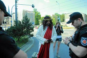 Pawe� Hajncel nie odpowie za picie kawy w przebraniu Jezusa