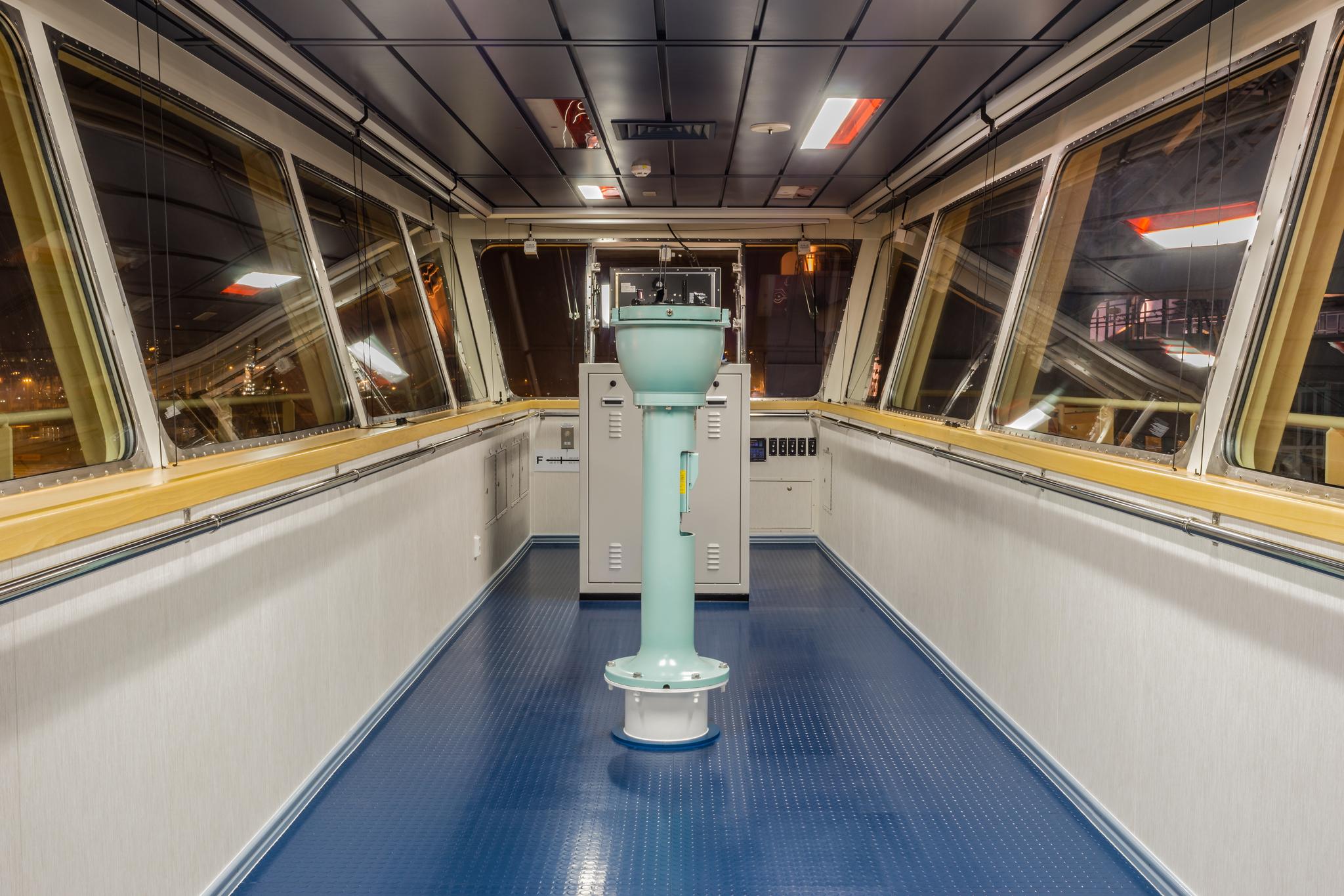 Jedna z dwóch pomocniczych konsol nawigacyjnych na mostku Mayview Maersk, wykorzystywana głównie do manewrowania kontenerowcem w porcie (fot. Robert Urbaniak)