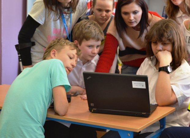 Nauczycielka Iwona Jachnik podczas lekcji WdŻ