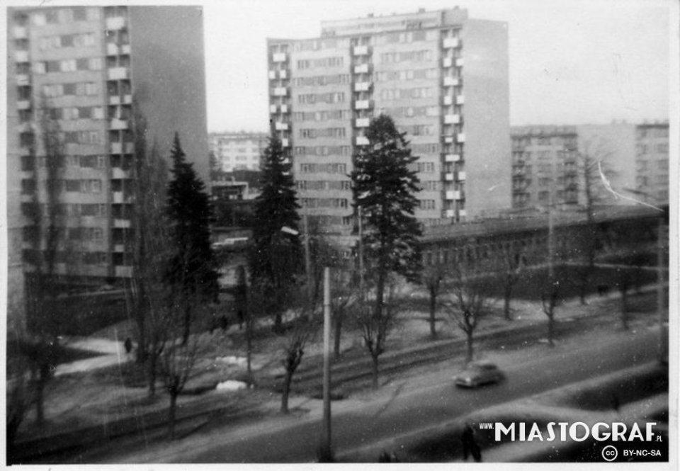 ULICA DĄBROWSKIEGO. Rok 1975. Wieżowce przy ul. Dąbrowskiego.