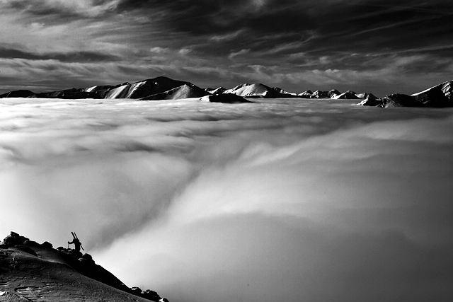 Andrzej Bargiel ponad chmurami podchodzi w okolicach Kasprowego Wierchu