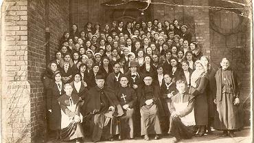 Francka Hajducka (piyrszo z prawy) łoblecono po chopsku przed kościołym na Nikiszu w 1928 r.