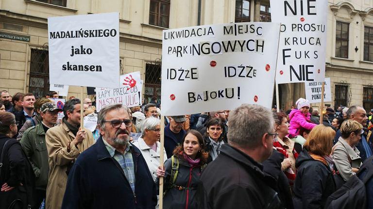 Protest pod UMK w sprawie likwidacji miejsc parkingowych w Krakowie parkowania w Krakowie