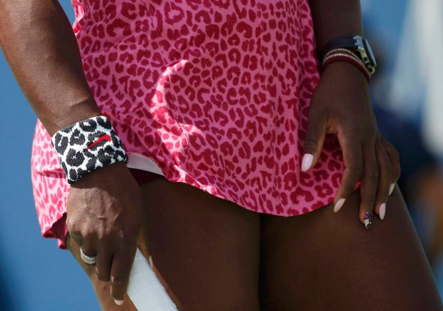 Serena Williams of the U.S. prepares to play compatriot Vania King at the 2014 U.S. Open tennis tournament in New York, August 28, 2014. REUTERS/Mike Segar (UNITED STATES  - Tags: SPORT TENNIS)   SLOWA KLUCZOWE: :rel:d:bm:TB3EA8S1EVR2J