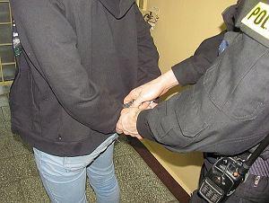 Pijany mężczyzna schował się przed policjantami pod kocem za łóżeczkiem dziecięcym. Miał odbyć karę więzienia