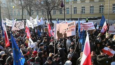 Manifestacja KOD przed Kancelarią Prezydenta