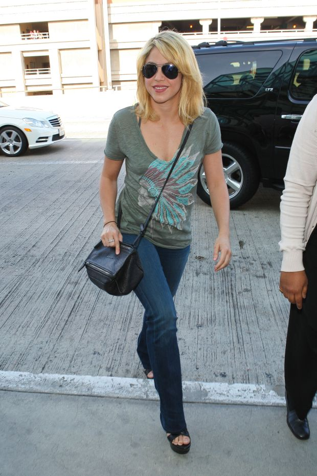 Los Angeles, CA - Colombian singer-songwriter Shakira looks great as she arrives to catch a flight at LAX.      AKM-GSI          June 9, 2012      To License These Photos, Please Contact :    Steve Ginsburg  (310) 505-8447  (323) 4239397  steve@ginsburgspalyinc.com  sales@ginsburgspalyinc.com    or    Keith Stockwell  (310) 261-8649  (323) 325-8055   keith@ginsburgspalyinc.com  ginsburgspalyinc@gmail.com *** Local Caption ***  Shakira