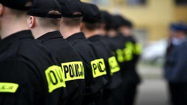 Młodzi policjanci podczas ślubowania w Komendzie Wojewódzkiej Policji