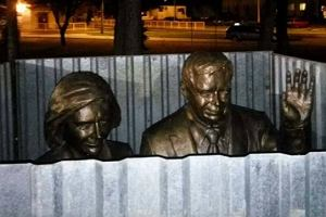 W Białej Podlaskiej stanął pomnik pary prezydenckiej. Na odsłonięcie czeka za blachą falistą
