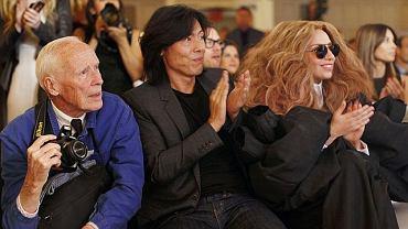 Bill Cunningham (pierwszy z lewej) w pierwszym rzędzie na pokazie mody. Z prawej strony Lady Gaga, w środku dyrektor artystyczny Harper's Bazaar Stephen Gan.