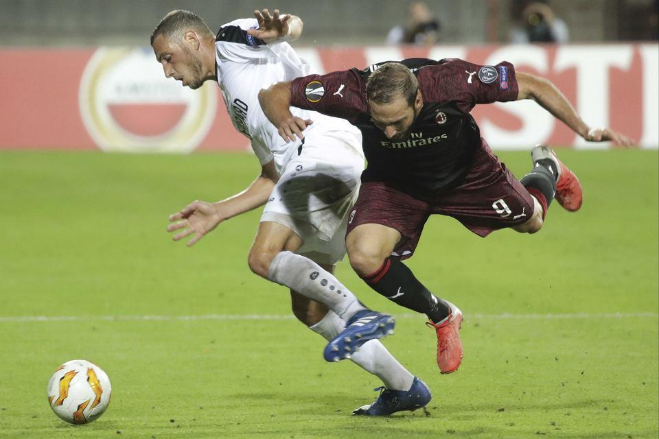 Marc-Andre Kruska powstrzymuje Gonzalo Higuaina. Dudelange - Milan