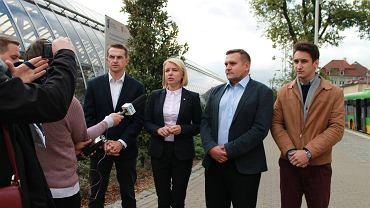 Od lewej: poseł Adam Szłapka i kandydaci Nowoczesnej do rady miasta Katarzyna Kierzek-Koperska, Artur Gorwa i Andrzej Prendke