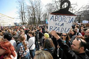 """""""Nie dla torturowania kobiet"""". 7 tysi�cy os�b demonstrowa�o pod Sejmem w sprawie aborcji"""