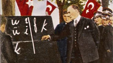 Mustafa Kemal (1881-1938): ''Czasami chciałbym, żeby wszystkie religie znalazły się na dnie morza. Ten, kto rządzi z pomocą religii, jest słabym władcą. Wciąga swój własny naród w pułapkę. Mój naród będzie się rozwijał zgodnie z zasadami nauki. Każdy może postępować zgodnie z sumieniem, chyba że kłóci się to ze zdrowym rozsądkiem''. Na zdjęciu Ataturk prezentuje nowy turecki alfabet