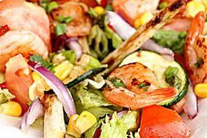 Sa�atka z grillowanych warzyw i krewetek
