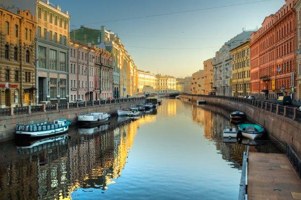 Usadowiony nad Zatoką Fińską Petersburg to magiczne miasto kanałów, fot. Sergei Butorin / shutterstock.com