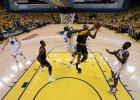 NBA. LeBron James z triple-double, Cavaliers wyszarpali wygran� z Warriors