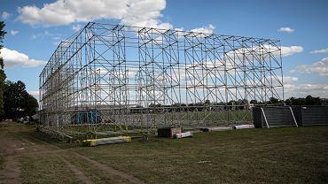 Krakowskie Błonia. Budowa ołtarza na Światowe Dni Młodzieży
