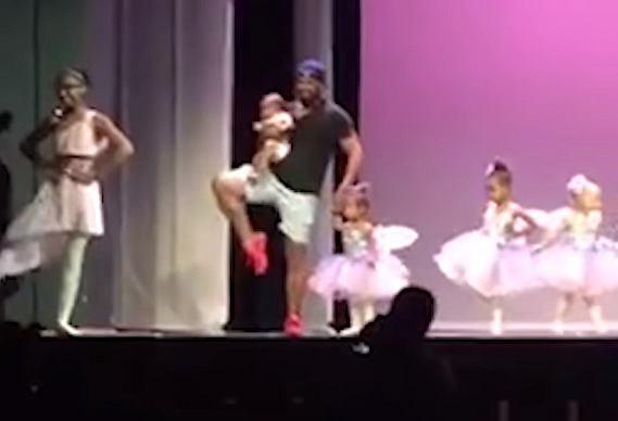 Ojciec wspiera córkę podczas baletowego występu