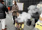 Dym i ludzie w maskach pod urz�dem w Katowicach [WIDEO]