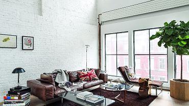 Sofa i leżanka są z Flexform, złoty stolik w stylu art déco od Minotti. Prostokątny stolik jest klasykiem designu - zaprojektował go George Nelson dla marki Herman Miller.