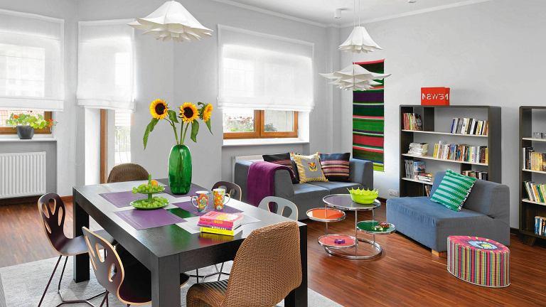W tym salonie wprowadzono wiele elementów spajających go z częścią jadalną, m.in. lampy.