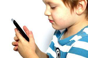 Zapytaliśmy rodziców, kiedy chcą dać dzieciom telefony. 'Syn ma niecałe dwa lata, ale ciągnie go do smartfona'