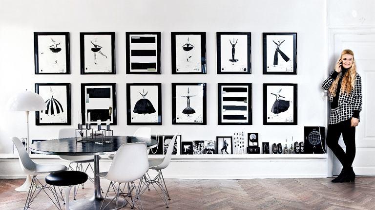 Noa przy ścianie z rysunkami matki. Szkice powstały na potrzeby spektaklu o życiu Coco Chanel. Potem były wystawiane w muzeach w Tokio i Singapurze.