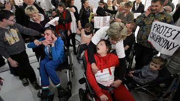 Protest rodziców dzieci niepełnosprawnych w Sejmie - możliwe, że potrwa cztery dni. Rodzice zapowiadają też głodówkę