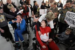 Rodzice niepe�nosprawnych dzieci okupuj� Sejm