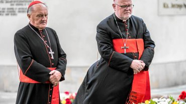 1 września 2014, Warszawa. Kard. Reinhard Marx (z prawej), przewodniczący Episkopatu Niemiec, i kard. Kazimierz Nycz przed grobem ks. Jerzego Popiełuszki